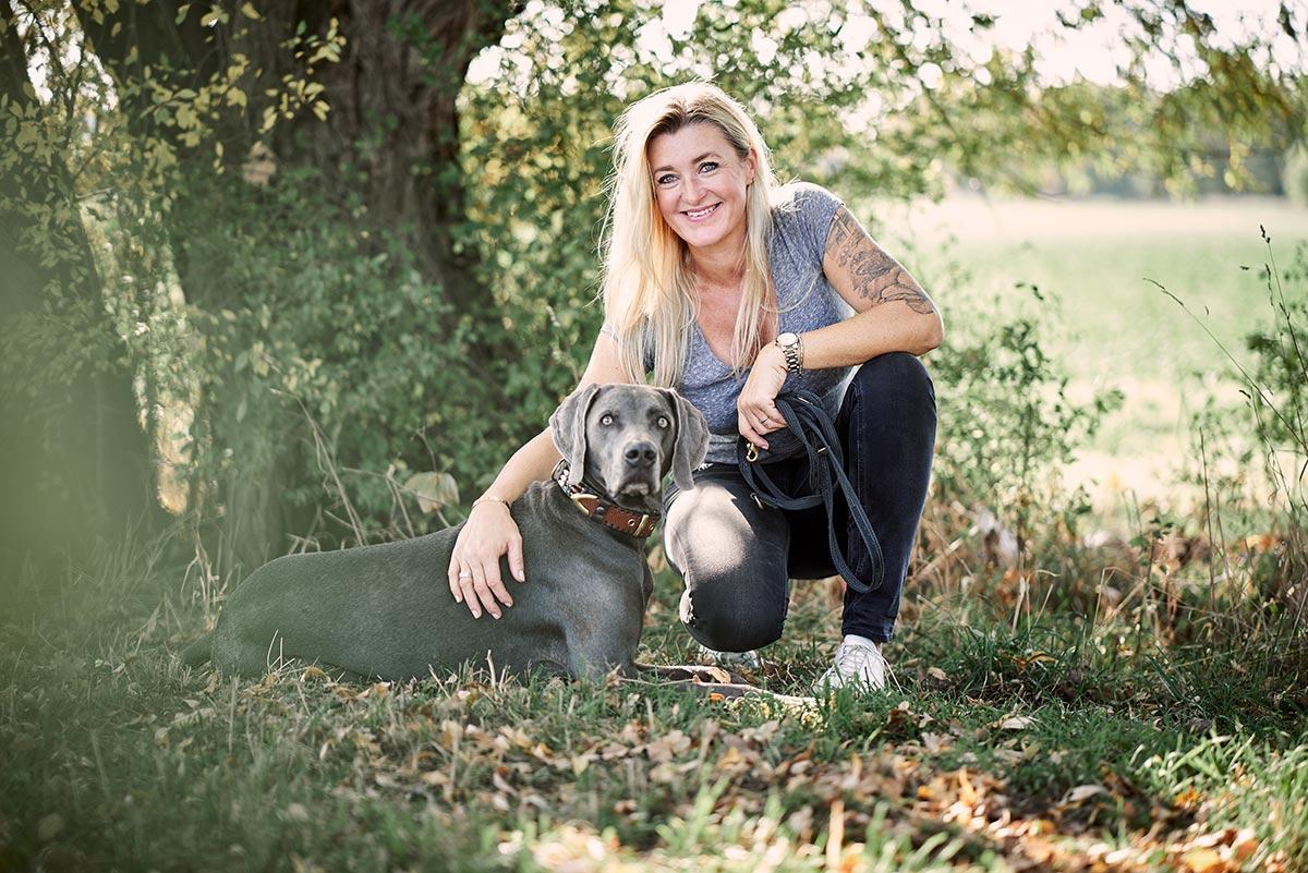 Britta Rieck mit ihrem Hund Blue